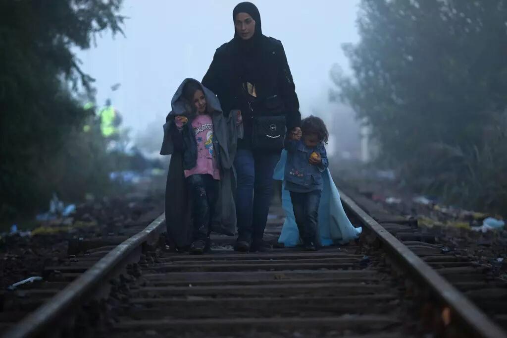 Una madre como las nuestras. Pero #refugiada. Hungría. Foto de C.Furlong.  http://t.co/xqIFARpzhV Vía  @vallejosjose  / @exilioyregreso