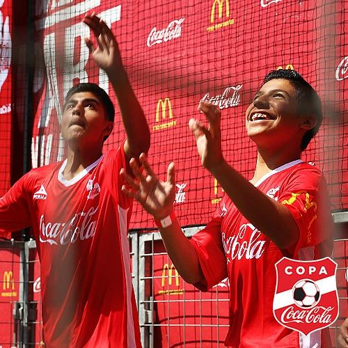 Who wants to play soccer?  Raise both hands and double tap!! #CopaCocaColaUSA  🙌⚽ http://t.co/vkv927EaZu