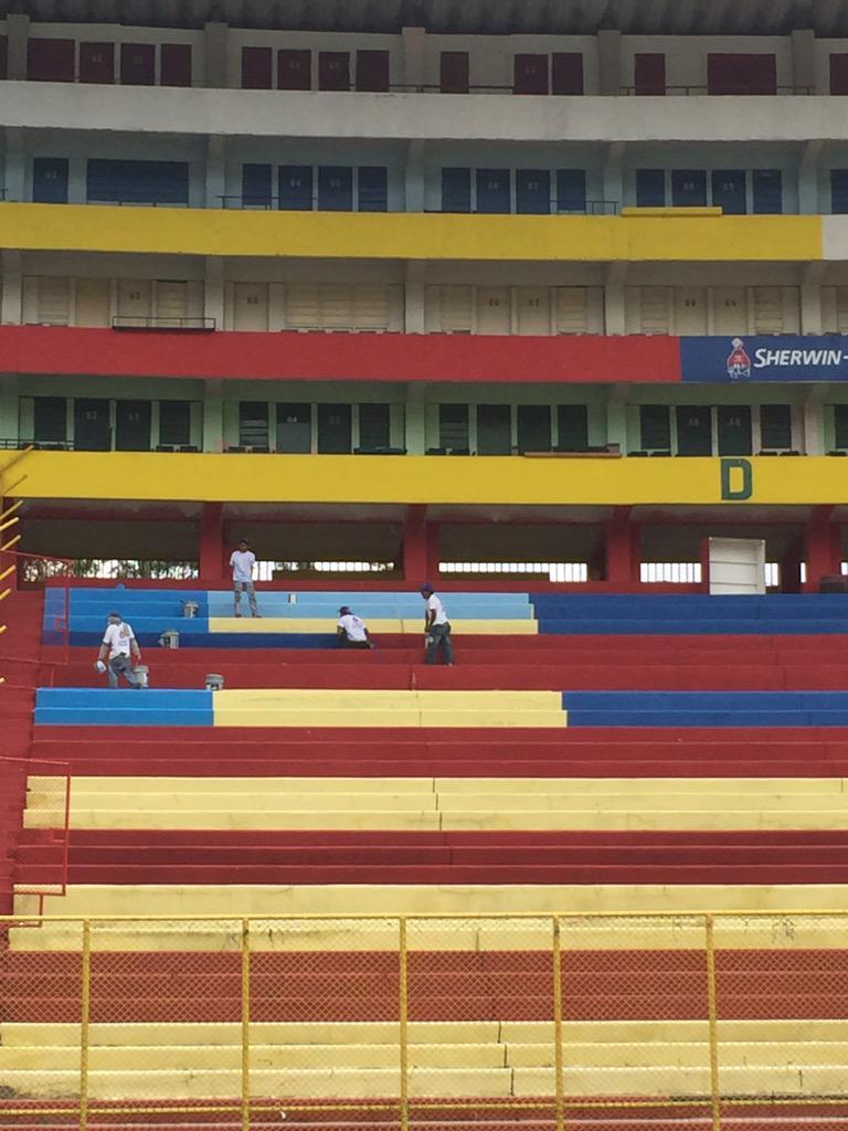 Estadio Cuscatlan es pintado de azul y blanco. CP1_4ktUkAAxnzY