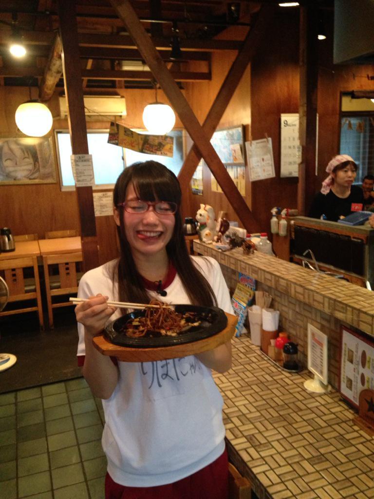 立って美味しい食べ物を食べている加藤里保菜の画像♪