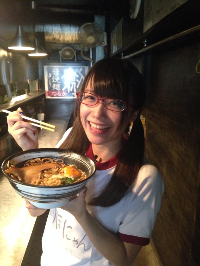 ラーメンを美味しそうに食べる加藤里保菜の画像♪