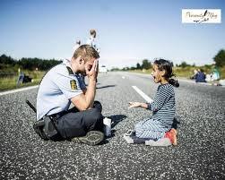 شرطي اجنبي لاعب طفله انشهر