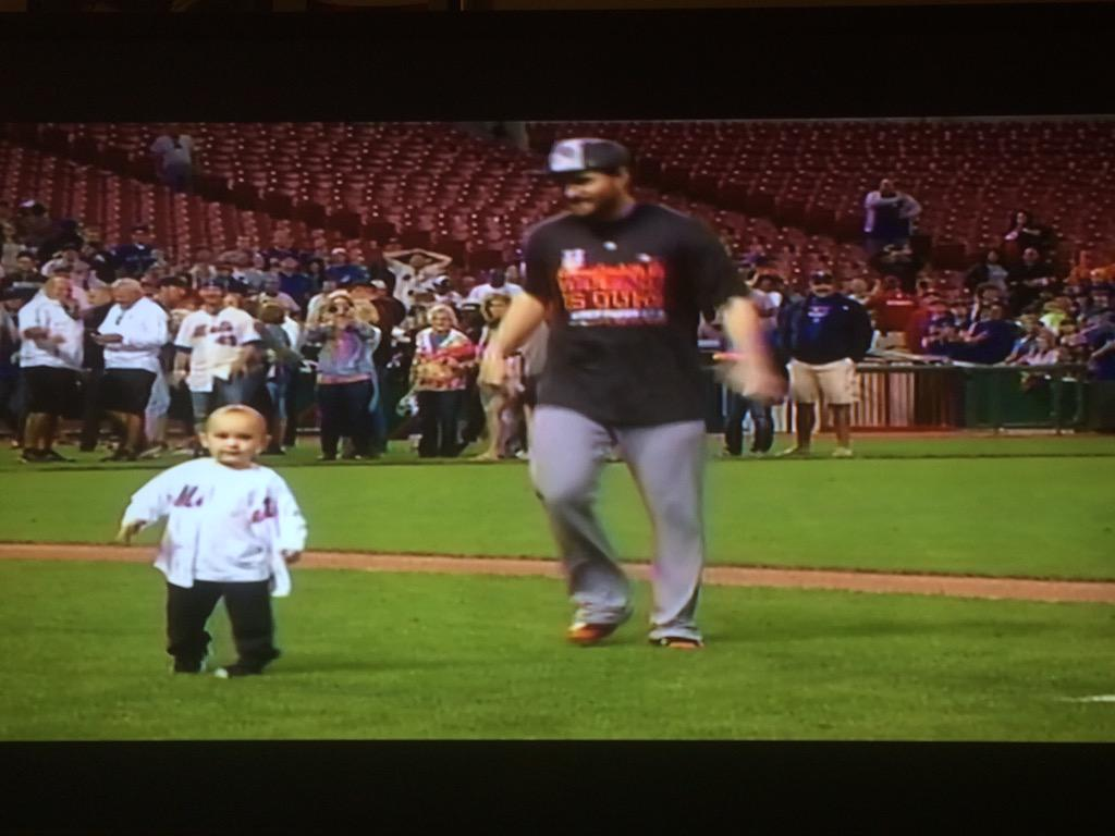 Murph chasing his child around the field celebrating! #NLEastChamps #Metitude @Mets #LGM http://t.co/XScPsbp4FA