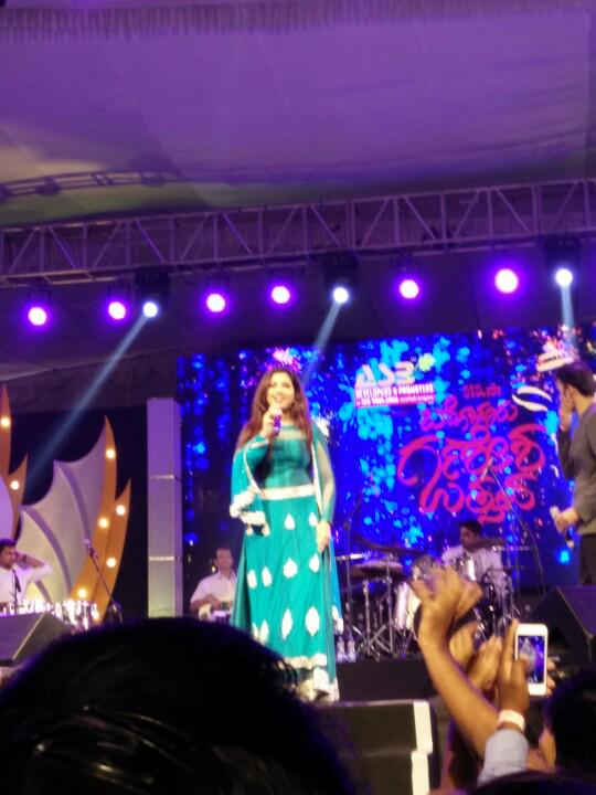 @shreyaghoshal Watching you singing live from so close. Dream come true . This feeling just can't be put into words:) http://t.co/UCkbwVHN7u