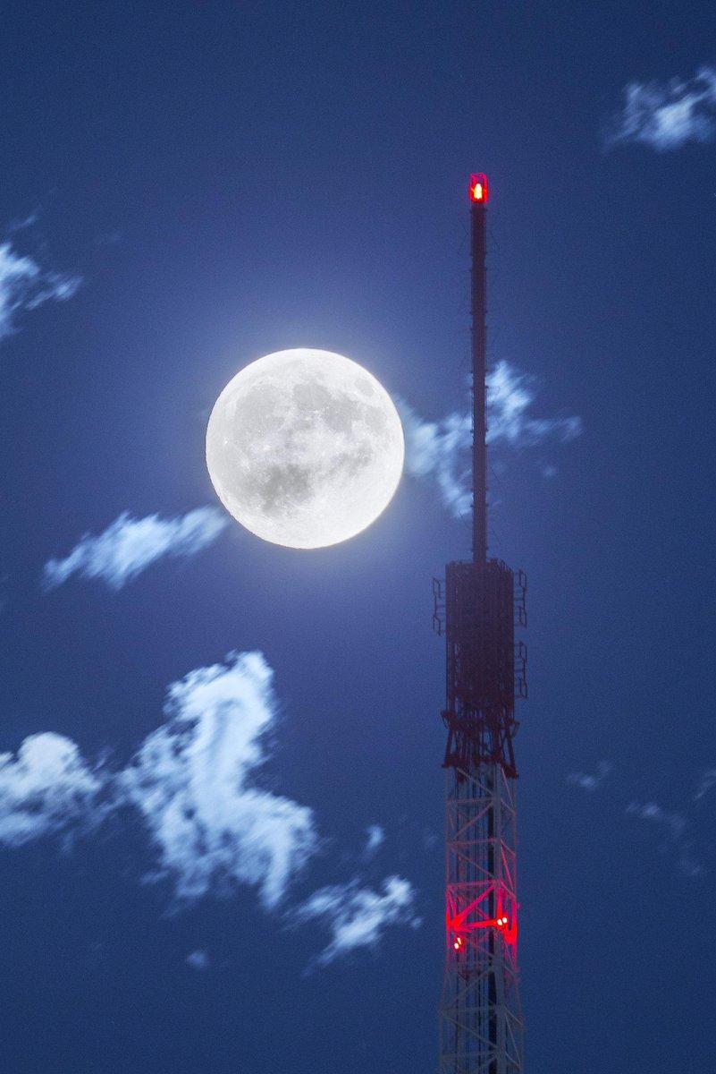 今宵は中秋の名月。先ほど六本木から東京タワーとのツーショットを撮ってきました。東京は晴れ渡って、千切れ雲がいい感じです pic.twitter.com/ft1wp30BrC