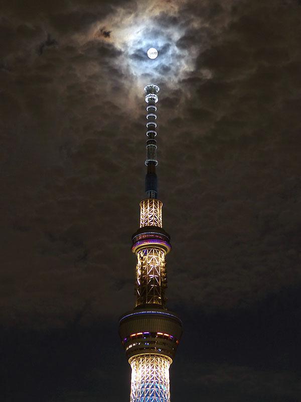 東京スカイツリーのてっぺんに月きたタイミングで雲がかかるも、幻想的な感じに。=27日午後8時22分 #中秋の名月 pic.twitter.com/kXVWLUu03F