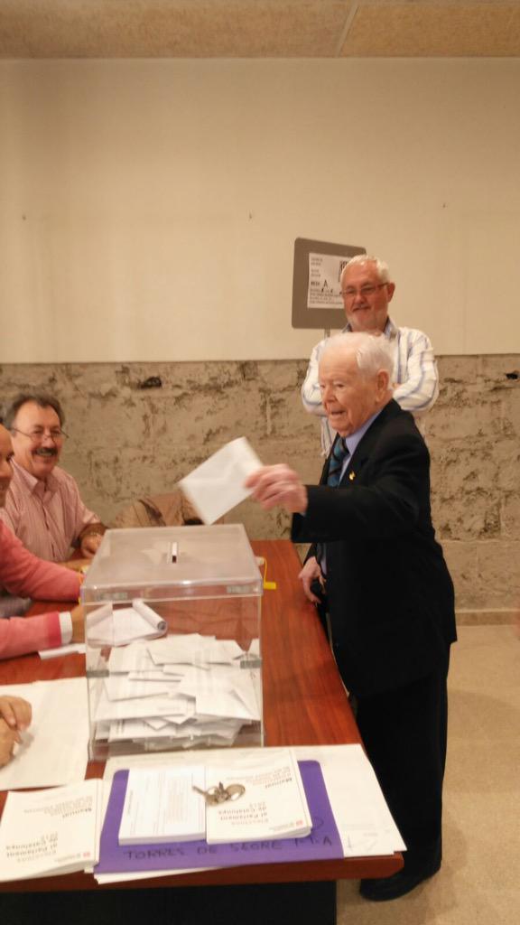 Peret Forcat farà 108 anys 23 d desembre. Ha votat pels  besnéts i pel seu país, segons ha dit a peu d'urna #27sEPA http://t.co/Kfv1nNcS0n