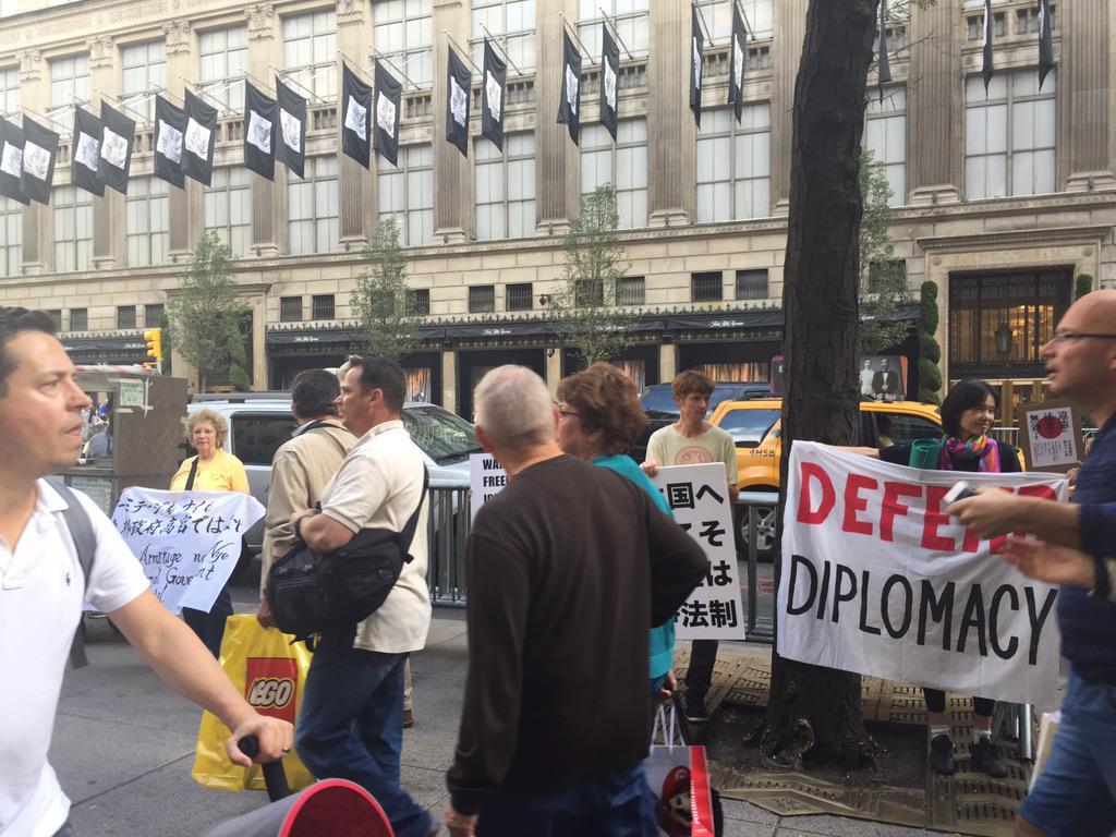 国連総会開催のニューヨークで安保関連法案反対デモが開かれています。日本人、アメリカ人30人ほどがプラカードを持って集まってます。 #安保 #安保法案反対 #ny http://t.co/B0SZSEUAMb