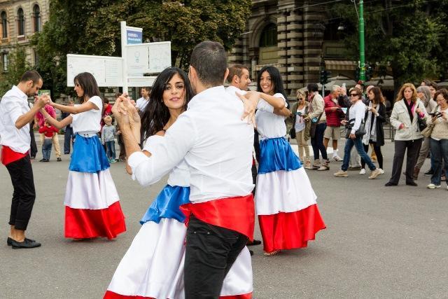 Merengue della Repubblica Dominicana in piazza a Milano (VIDEO)