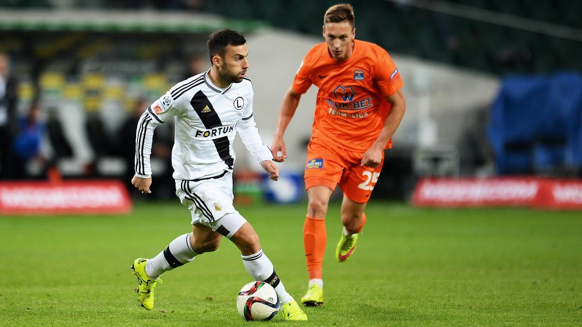 Trichkovski controls the ball