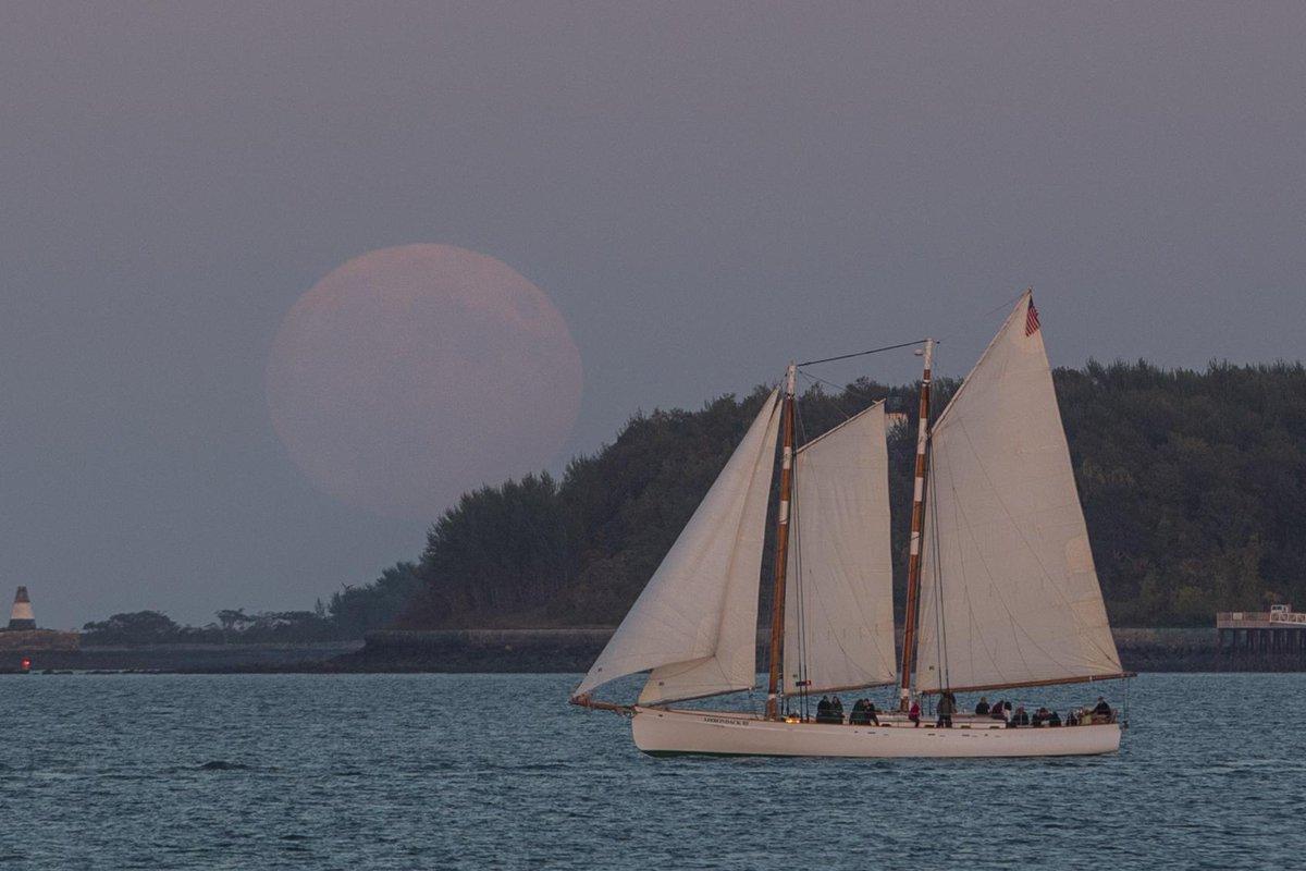 @universalhub #Supermoon rising from Castle Island…. #Boston http://t.co/kptulkV9yl