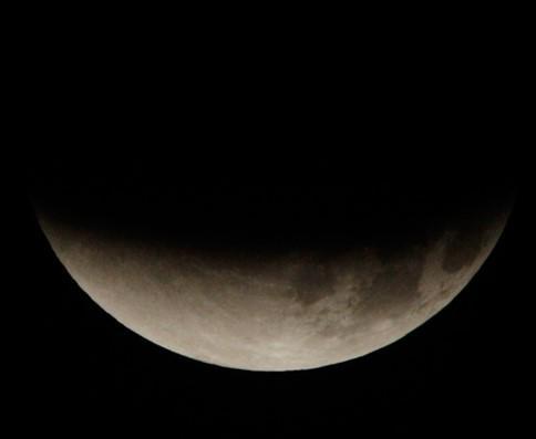 #maansverduistering Bijna..... @helgavanleur @EditieNL @weerfotos http://t.co/hkYdDwdlR3