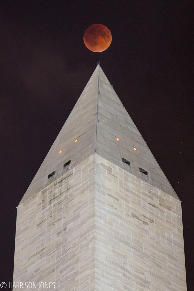 #SuperBloodMoon over the Washington Monument just now @theeveningsun @fox5newsdc http://t.co/xv528xzYOF