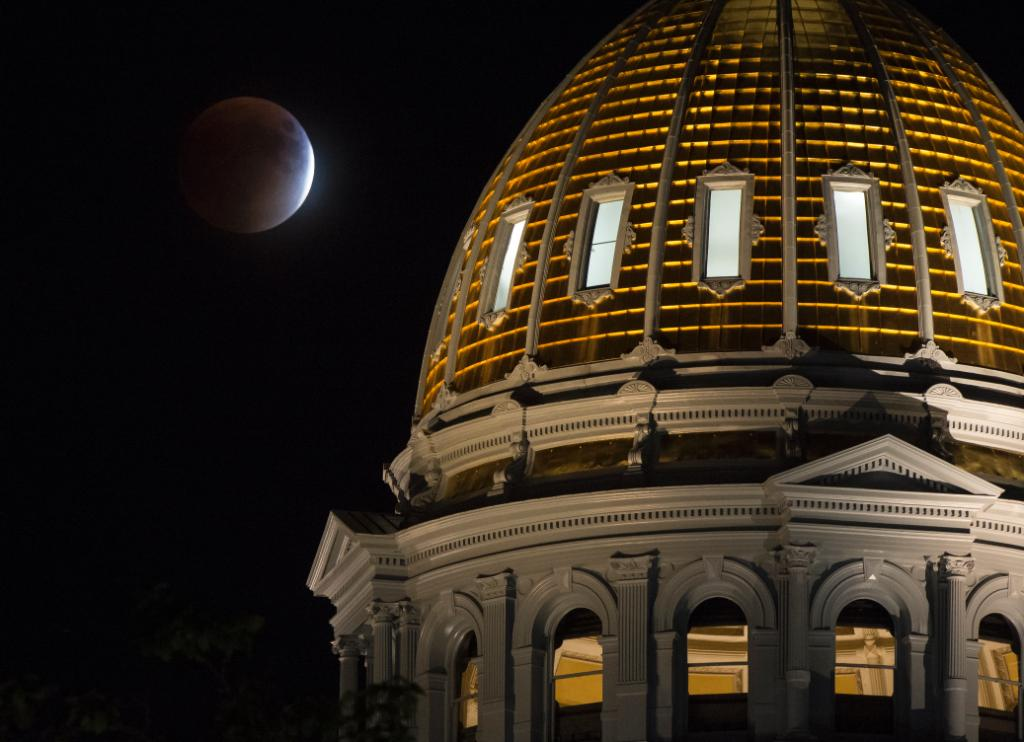 Great @NASAHQPhoto of tonight's #SuperBloodMoon. Snap your own pic & upload it in our contest! http://t.co/OtepufVNxQ http://t.co/dkea4hOxog