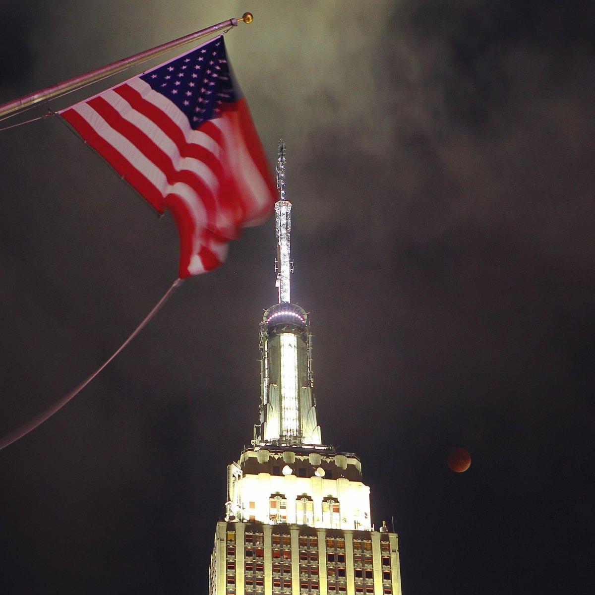 The #SuperBloodMoon over @EmpireStateBldg tonight #newyork #newyorkcity @nyc @newyork @EverythingNYC #LunarEclipse http://t.co/Kg2cZ7LpAd
