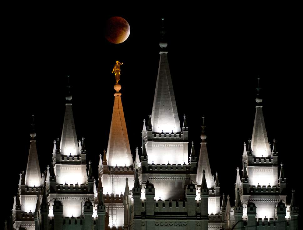 Another great #SuperBloodMoon shot from our photographer @LenMahl  http://t.co/b3uVGHhSLc http://t.co/mE1PfYmTx6