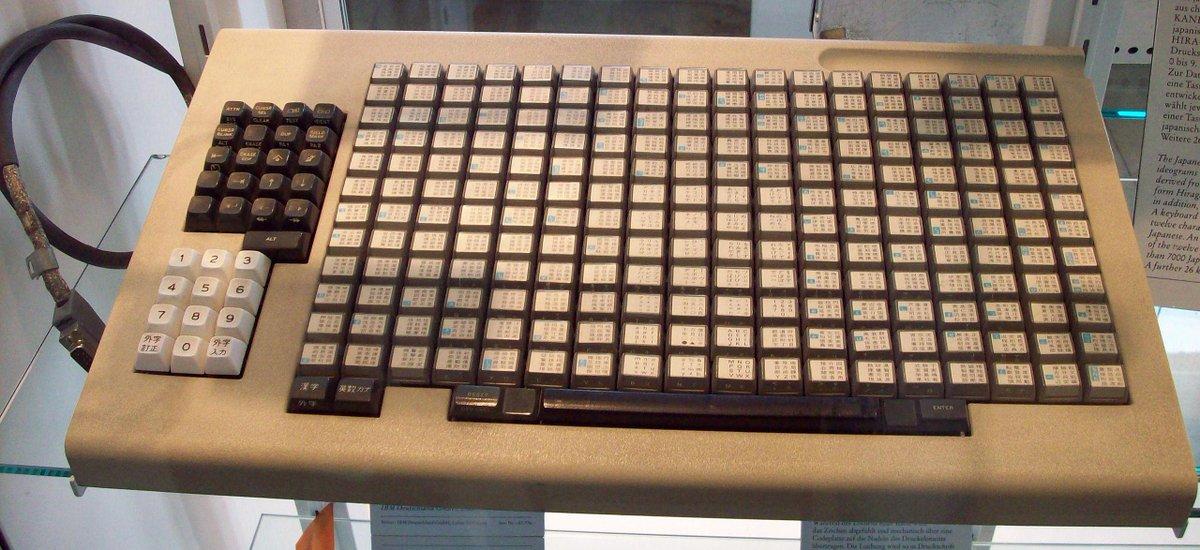 ことえり等の文字変換システムが発明される前の時代のキーボードは半端ではない。A Japanese keyboard before kanji conversion systems were invented. pic.twitter.com/DBUwq2fpii