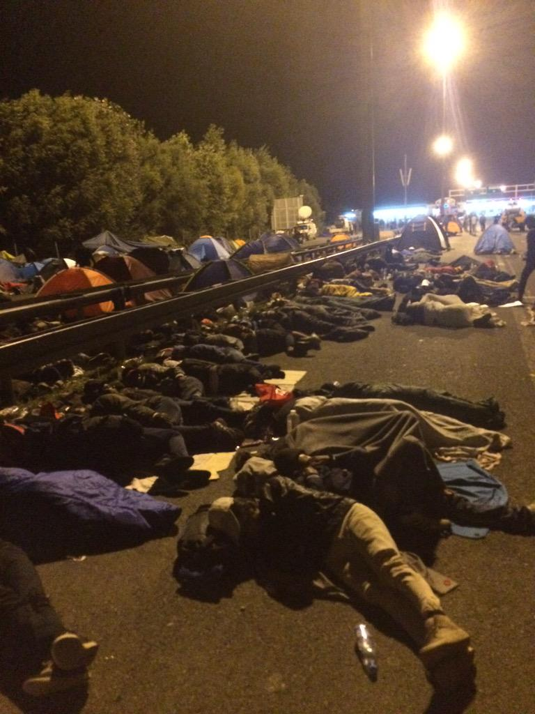 Sleeping on the highway. This is how the migrants here in Serbia spend the night http://t.co/gPU4EVgMtw
