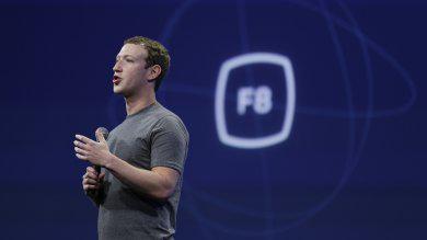 Mentre è in arrivo il pulsante dislike, in Italia si licenzia per colpa di Facebook