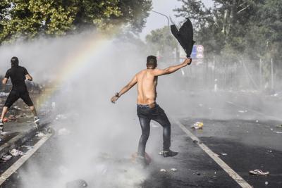 Migranti: anche la Serbia contro l'uso dei gas lacrimogeni dell'Ungheria sui profughi.