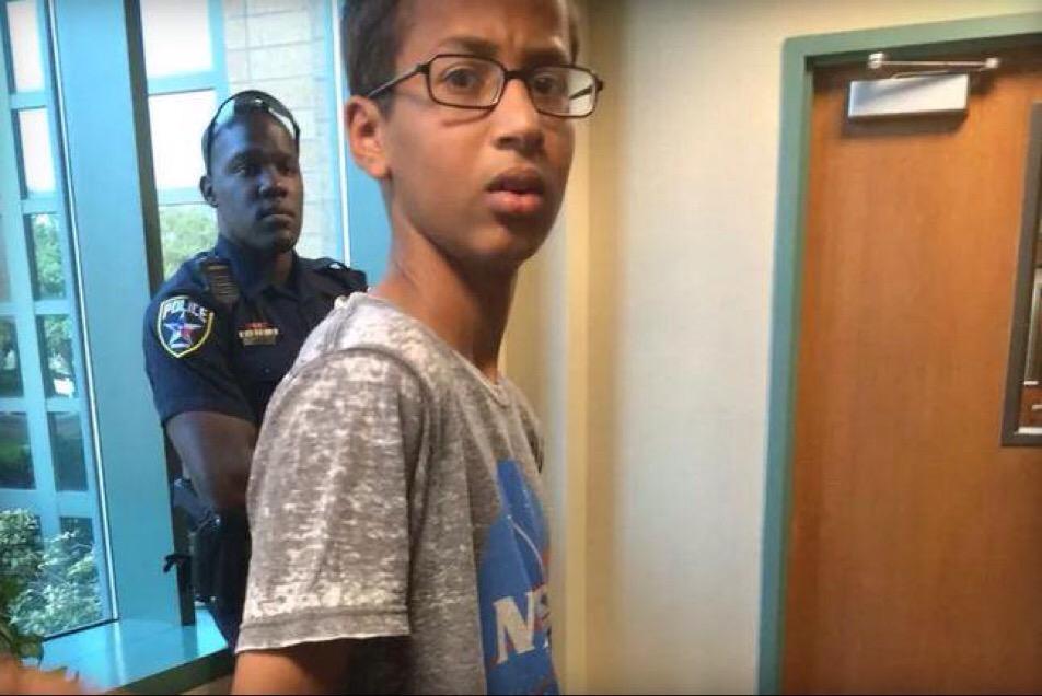 Ahmed Mohamed, il 14enne arrestato per un orologio scambiato per bomba