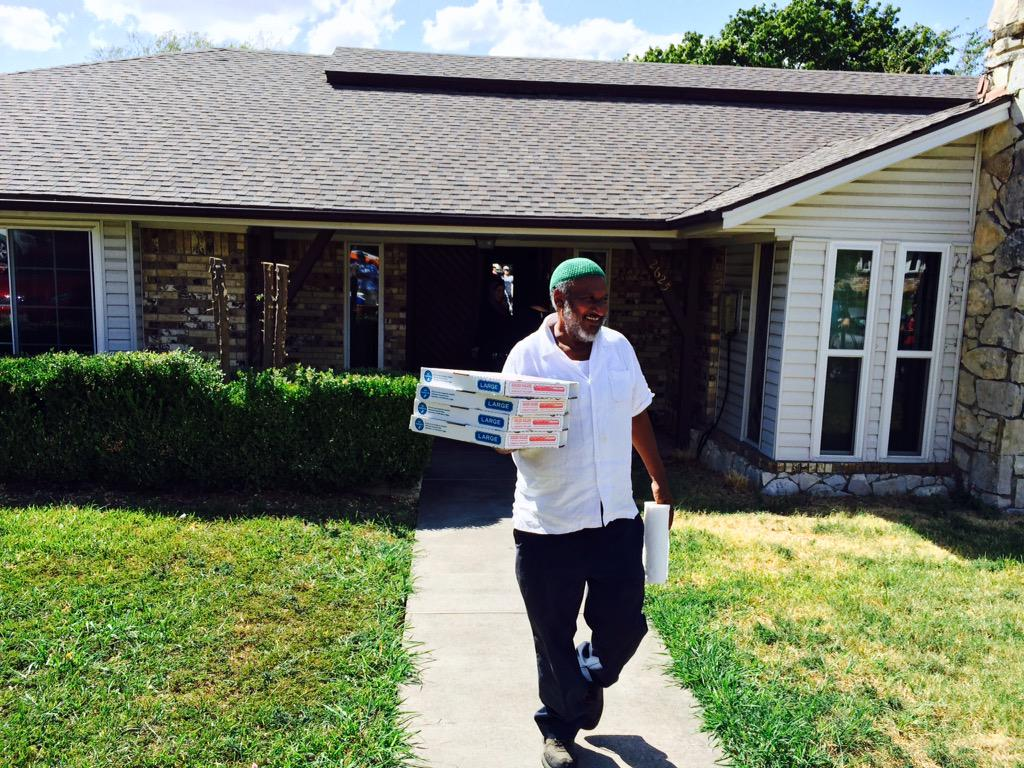 classy family RT @KenKalthoffNBC5: #AhmedMohamed family offers pizza to crowd of waiting media at his home @NBCDFW http://t.co/OdxbJiQ7OW