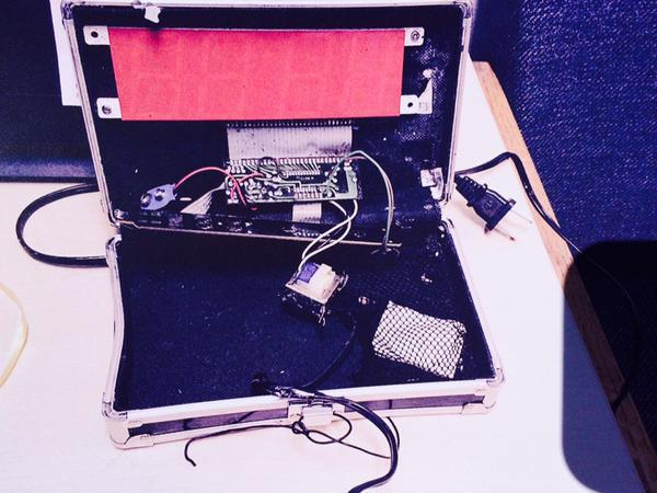 "This is a picture of the ""fake bomb"". Notice the lack of a fake explosive. #itsaclock #IStandWithAhmed http://t.co/3Q8CszDYUI"