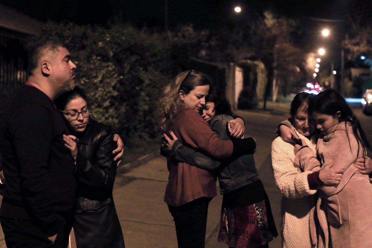 Gente spaventata per le strade del Cile dopo il terremoto di oggi.
