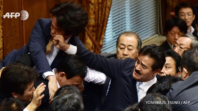 Des députés japonais se battent en commission alors qu'ils examinent un texte de loi sur la défense #AFP