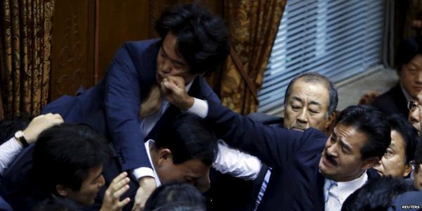(○´∀`)ノオハ 拡散しよう。ヒゲのパンチが顔面にヒット 明らかにこぶしを握って殴りにいっている画像。(#`Д´)凸 @daytime2408 @Shinob_ @ksiu7 @EXCELSTARjp @juria_love2 http://t.co/S8tNaxNo0E