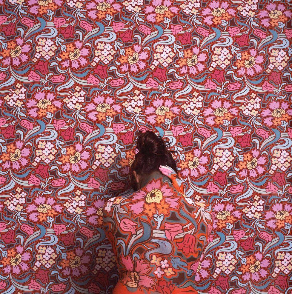セシリア・パレデス(1950〜)による作品。ペルー出身、アメリカ在住のアーティスト。ボディーペインティングを使用して、パターン化された背景に自分自身をカモフラージュさせています。