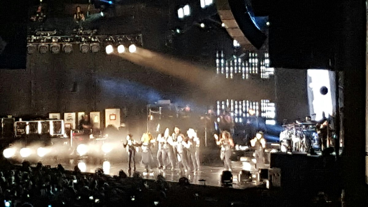 Um... @janetjackson is on fire!!! #unbreakable #unbreakabletour http://t.co/W4hoeYEdMu