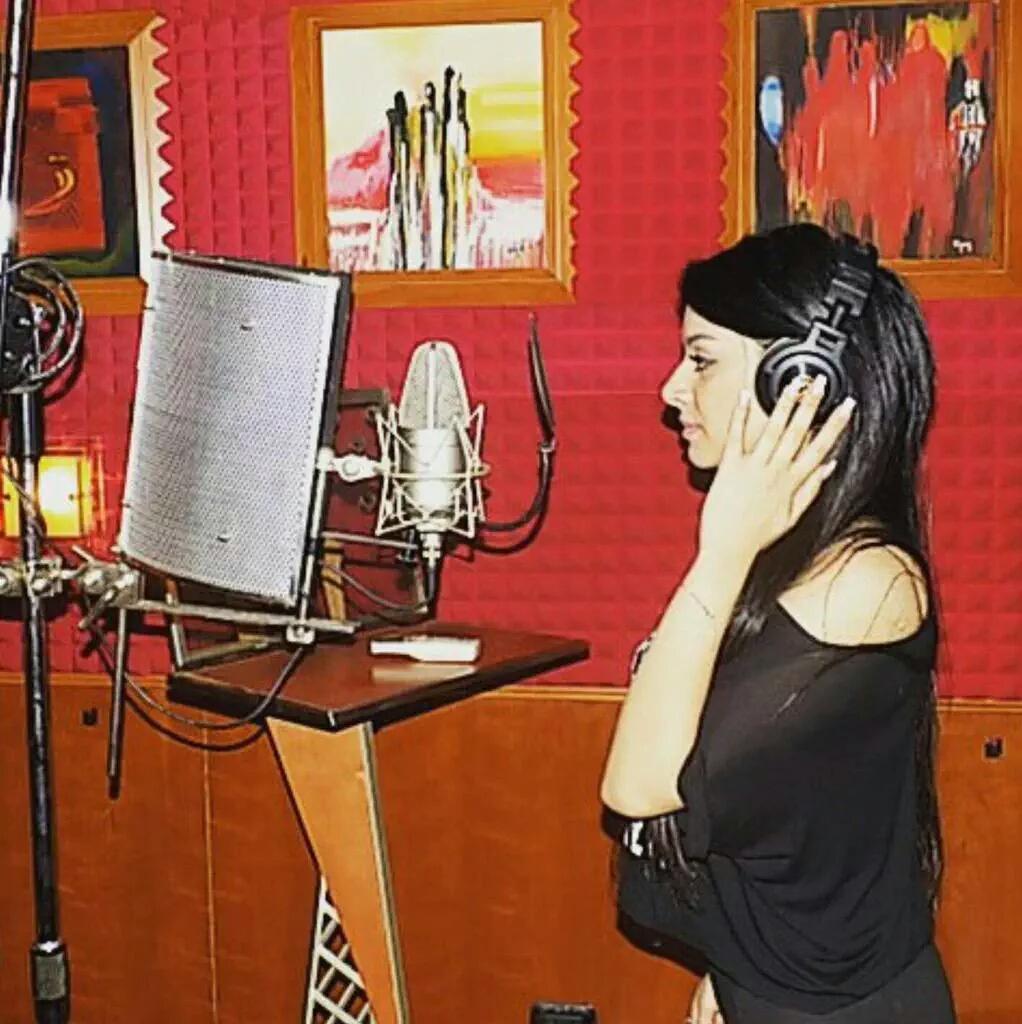 ساره السوريه اثناء تسجيل اغنيتها الجديده عتبان قلبى 2018