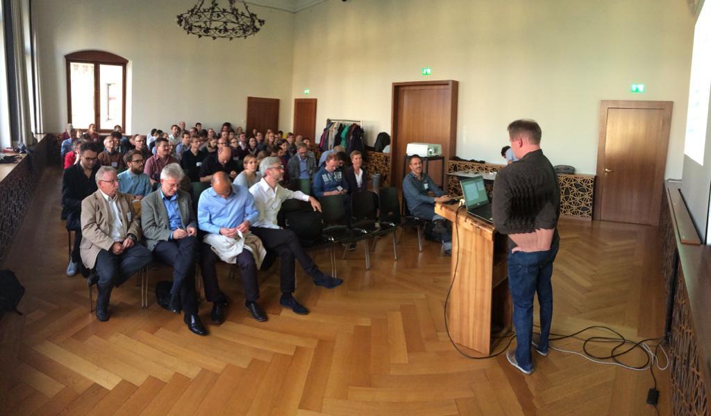 Das #GeoBeer startet - @rastrau präsentiert die Idee. http://t.co/ScoQ9nF1BN