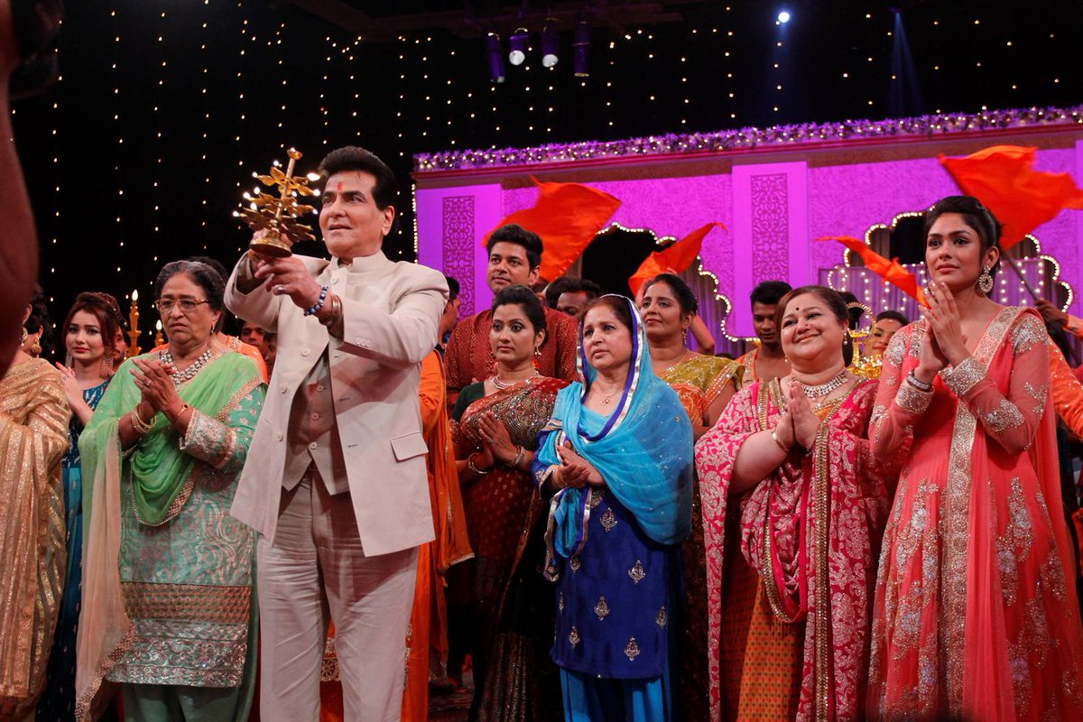Kumkum Bhagya Team and Jeetendra Kapoor doing the Maha Aarti