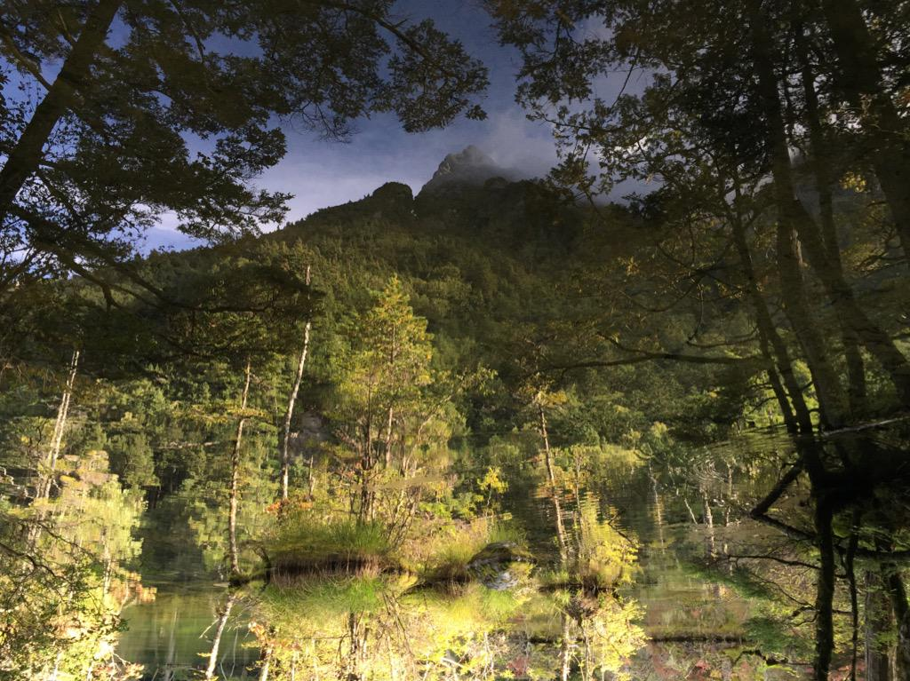 穂高の峰と、明神池の湖面。  気づきますか? この写真、ほんとは天地逆… http://t.co/41oPFvwzGs