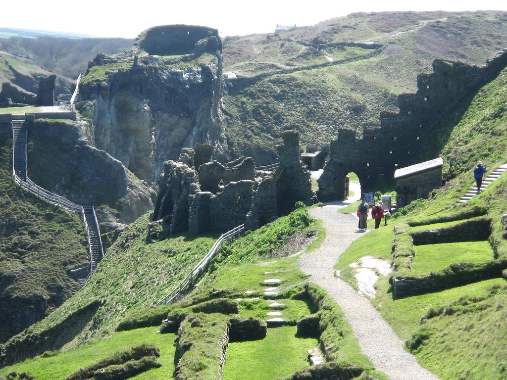 Tintagel Castle is in ruins but the area is jolly picturesque! Have a quick fly around! #TheAviators http://t.co/Rlv3zmPrIa