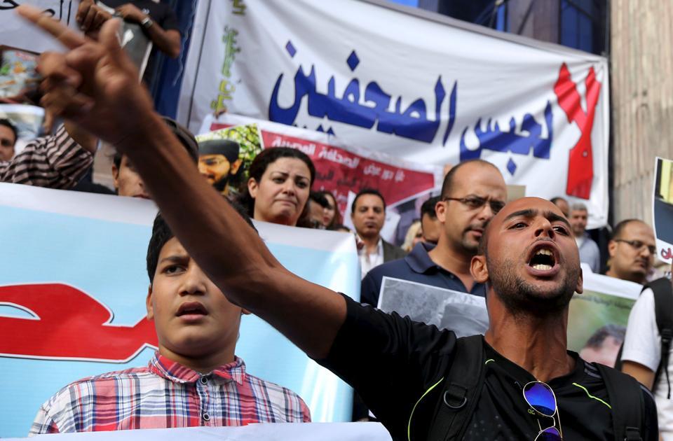 قائمة بستين صحفي محتجز في السجون المصرية بالإسم ومدة الإحتجاز وجهة العمل #الحرية_للصحفيين http://t.co/OsrOa74CIE http://t.co/arxKC4hJIR