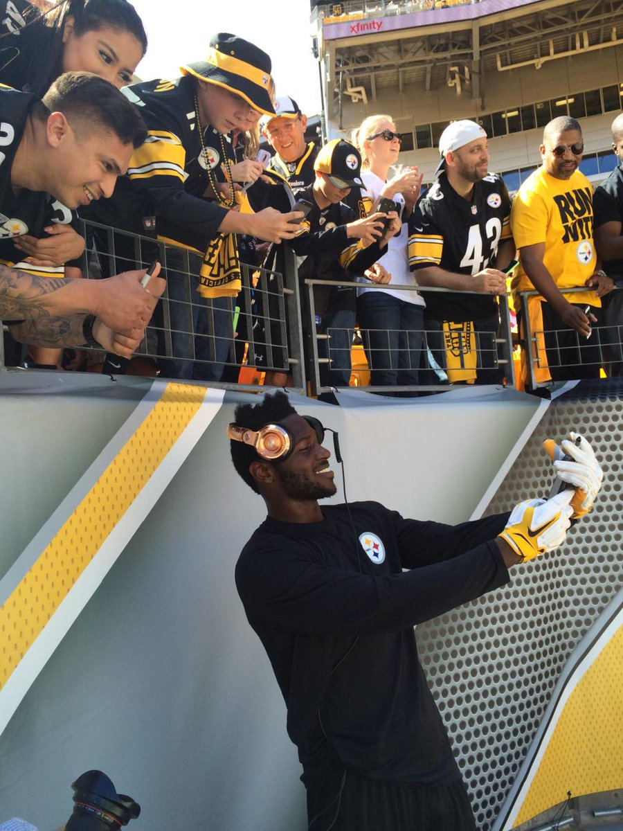 """Never seen a player so engaged. Stopped music 2 talk 2 all, taking selfies. """"Whole reason we do it"""" @AntonioBrown84 http://t.co/oEeoZxiSYr"""