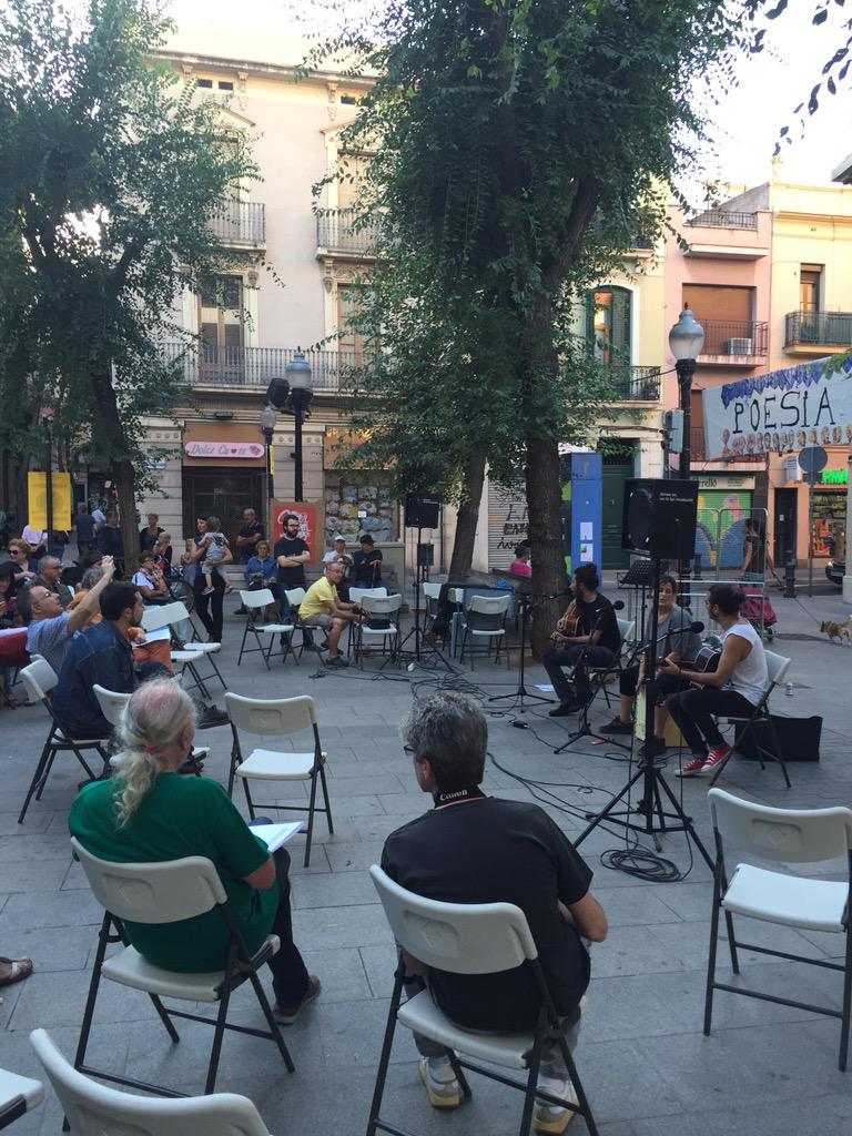 A Pl.Comerç #PoesiaALaPlaça4 diumenges culturals a Sant Andreu gràcies a veïnes que omplen activitats espai públic http://t.co/bPmMVJkVMd