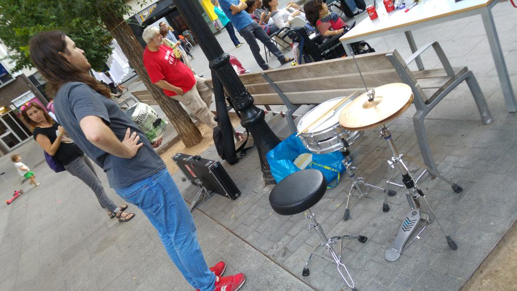 Instruments preparats pels artistes que són a punt per actuar a #PoesiaALaPlaça4 http://t.co/Ihts8zH8jJ