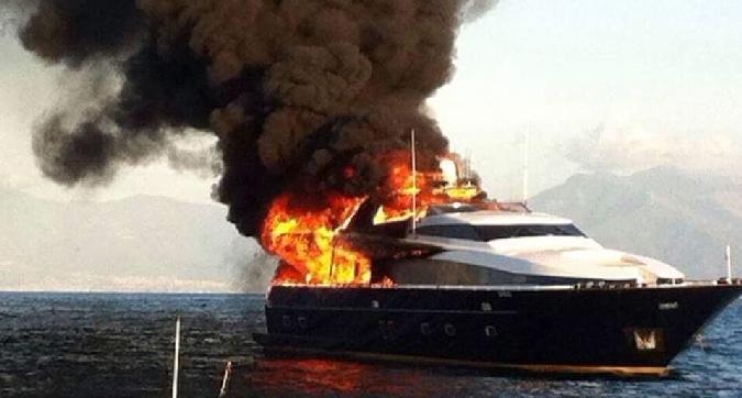 Posillipo: Yacht di De Laurentiis a fuoco in mare, prima di Napoli-Lazio