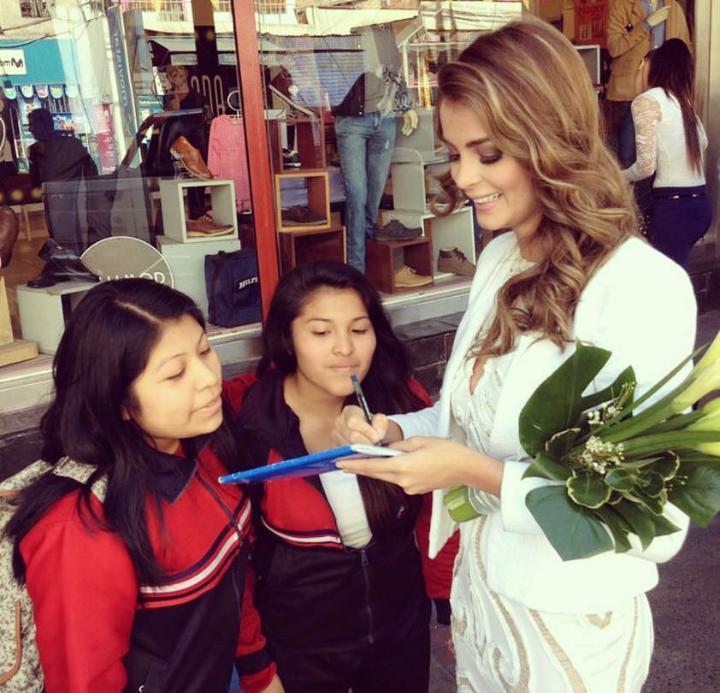 LAURA SPOYA para la elección de miss Juliaca 2015 CPZuczkWEAAmWlm