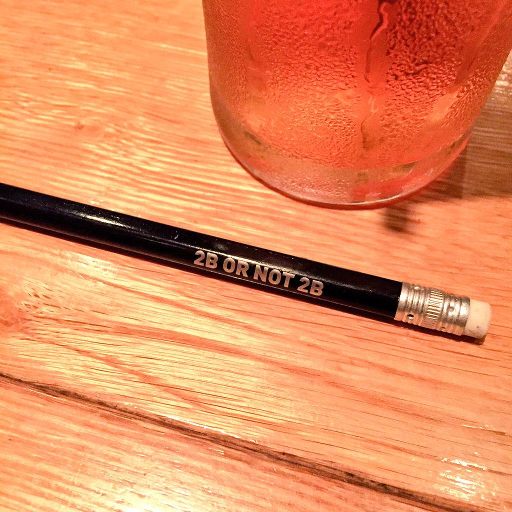 イギリス土産もらった。ロイヤルシェイクスピアカンパニーの鉛筆これは、イイ…でも、どっちなの!2Bなの!違うの!どっち! pic.twitter.com/449rOf4Px3