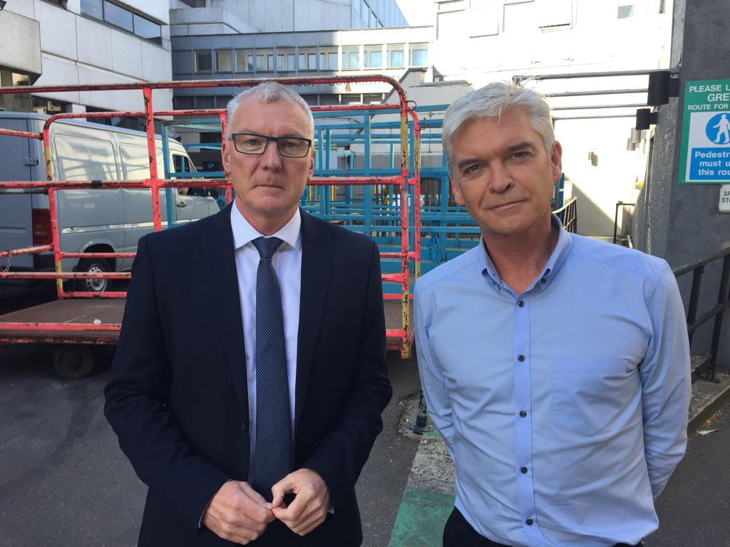 The red tape chaos which stops cab drivers renewing their licences and why @Schofe isn't impressed. @itvlondon 6pm http://t.co/Si8w3rFpO2