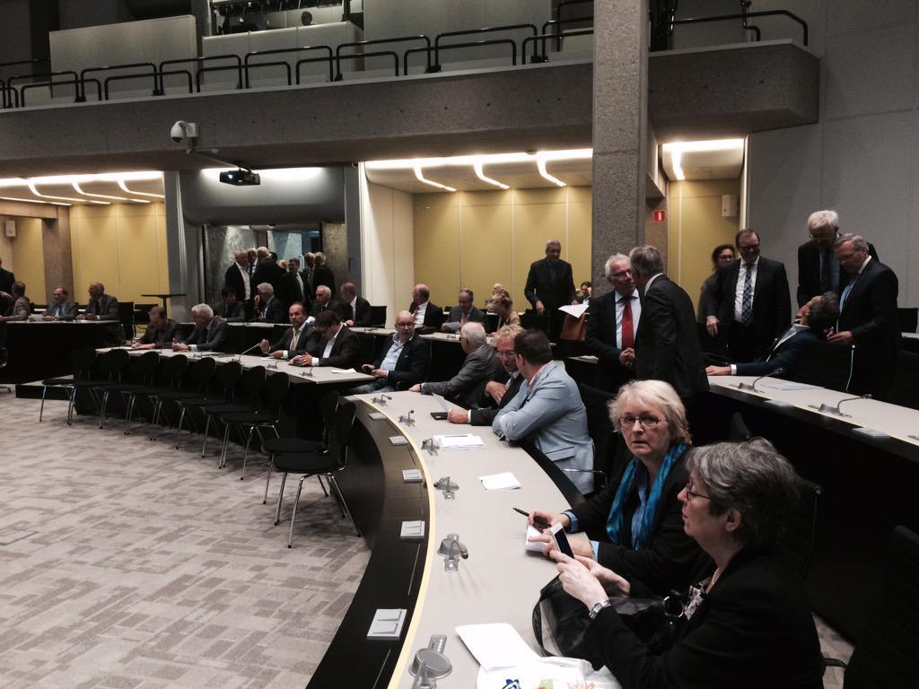 Alle #burgemeesters zijn nu bijeen op het Provinciehuis in Den Haag om te spreken over #vluchtelingenproblematiek. http://t.co/BUpd2F5Wb5