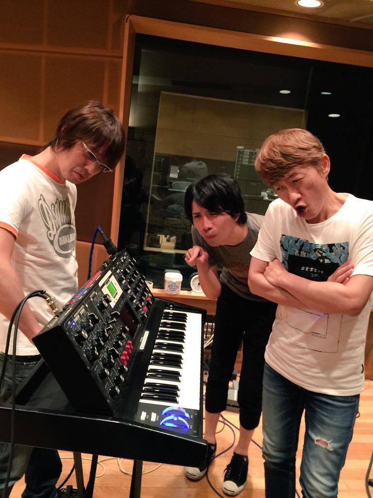 フジタユウスケ6thアルバムレコーディング、ガラパゴスとしての録音は本日で無事完了。川西さん、ありがとうございました!久しぶりに恒例の小芝居写真も記念に。さあもう一曲録ってしまいましょう。 #ysk_jp http://t.co/aK60eFkt7u