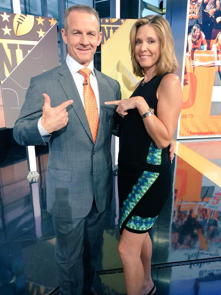 Heads up regarding @merrilhoge neckwear... He said if @JManziel2 played well he would dress accordingly http://t.co/44P8yPboGc