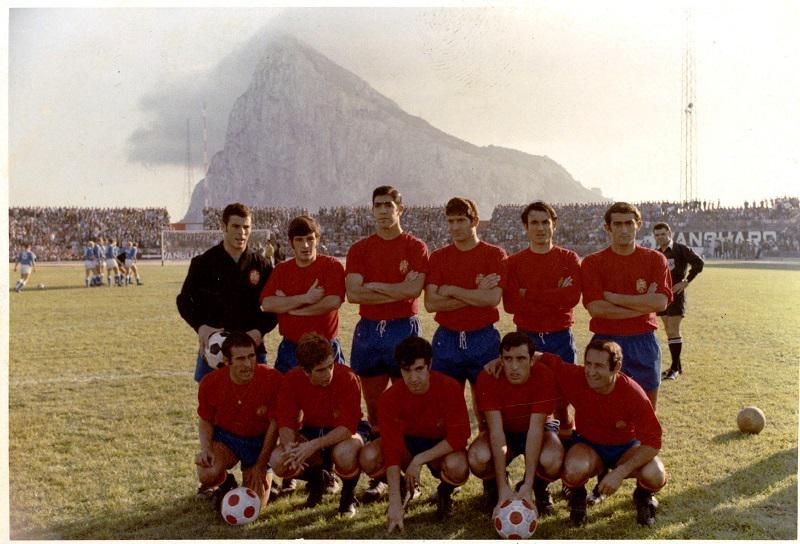 FOTOS HISTORICAS O CHULAS  DE FUTBOL - Página 6 CPdJK4mUAAQJoOk