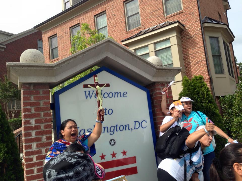 #100Women100Miles made it to Washington DC. Our hope? Dignity, compassion & inclusion for all migrants. #PopeInUS http://t.co/rL0vpnhQNO